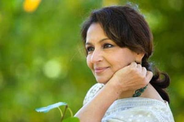 পায়ে হেঁটে পাকিস্তানে অভিনেত্রী শর্মিলা