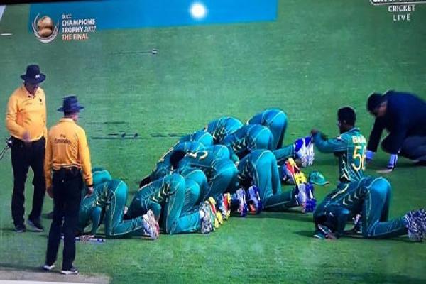 ভারতকে হারিয়ে সেজদায় লুটিয়ে পড়ে আল্লাহকে স্বরণ করলেন পাকিস্তানি ক্রিকেটাররা