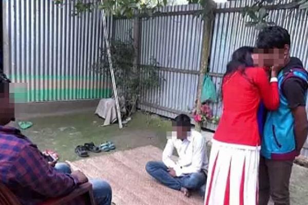 মানিকগঞ্জে চুমু দিয়ে প্রতিশোধ নিলেন শারমিন