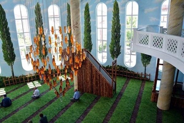 মসজিদটি মুসলমানদের পবিত্র ধর্মগ্রন্থ আল কুরআনে বর্ণিত জান্নাতের আদলে নির্মিত