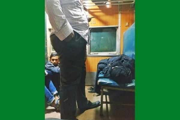 সারারাত ট্রেনে, শুধু বউ একটু আরাম করে ঘুমাবে বলেই লোকটা সারারাত দাঁড়িয়ে