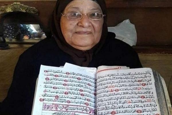 নিজের হাতে সম্পূর্ণ কোরআন শরিফ লিখলেন ৭৫ বছরের নারী