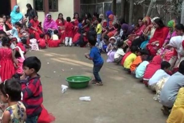 মায়ের পা ধুয়ে ভালবাসা দিবস উদযাপন করলো স্কুল শিক্ষার্থীরা