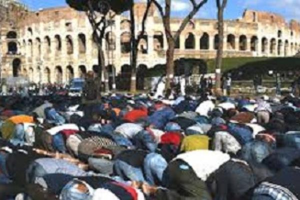 সরকারি হিসাবে সাম্প্রতিক বছরগুলোতে ইতালিতে প্রায় বিশ হাজার লোকের ইসলাম গ্রহণ