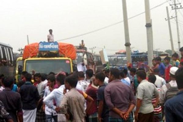 বিড়ির দাম কমানোর দাবিতে ঢাকা-টাঙ্গাইল মহাসড়ক অবরোধ