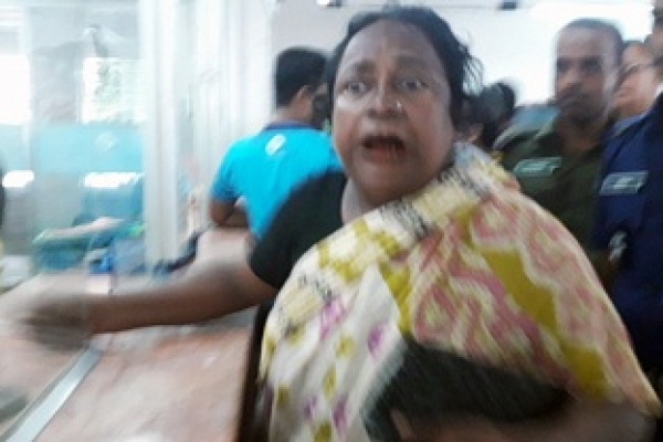 দিনদুপুরে ব্যাংক থেকে বৃদ্ধার ৯৯ হাজার  টাকা নিয়ে চম্পট