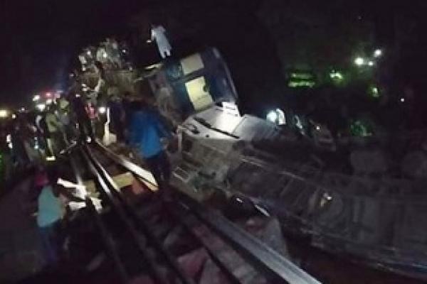 মৌলভীবাজারে ট্রেন দুর্ঘটনা: হতাহত যাত্রীদের উদ্ধারের বদলে মালামাল চুরির হিড়িক