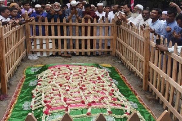 আজমীর শরিফের গিলাফ দিয়ে ঢেকে দেয়া হলো এরশাদের কবর