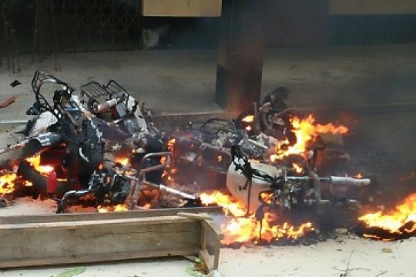 দিনাজপুরে স্কুলছাত্ররা পোড়ালো ছয় শিক্ষকের মোটরসাইকেল