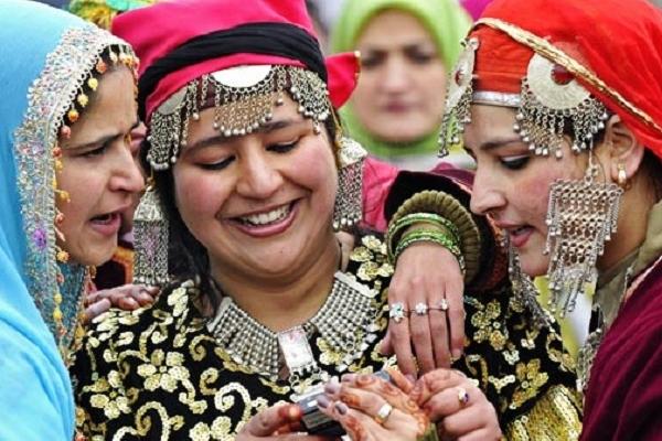 ষাটেও রূপে অপরূপ থাকেন কাশ্মীরে এই উপত্যকার নারীরা!