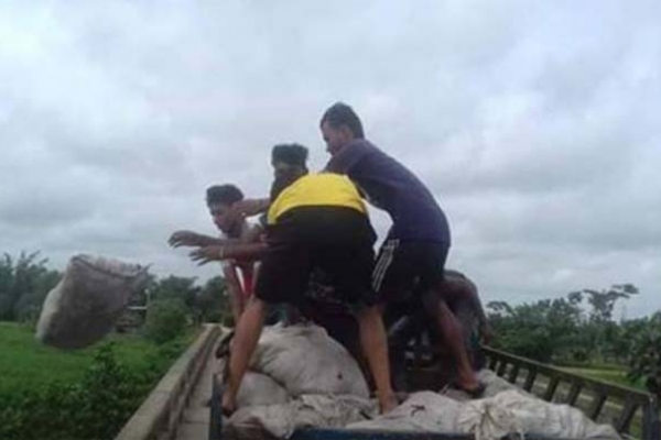 দাম না পেয়ে ক্ষোভে-দুঃখে নদীতে চামড়া ফেলছেন ব্যবসায়ীরা