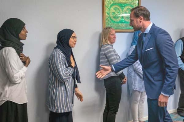 হাত বাড়িয়ে দিলেও প্রিন্সের সঙ্গে হাত মেলালেন না তিন মুসলিম নারী