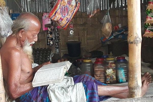 দোকানে ক্রেতা না থাকলেই কুরআন তেলাওয়াতে সময় কাটান ৯০ বছরের মতি