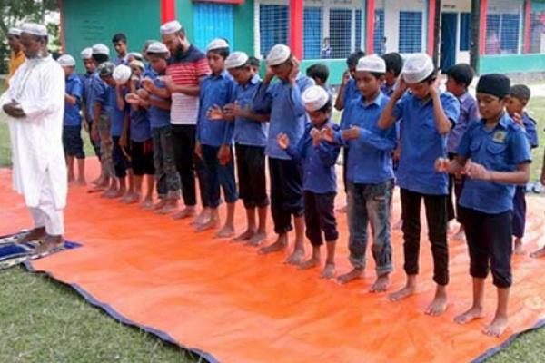 পড়াশোনার সঙ্গে নামাজও শেখানো হয় নলভাঙ্গা সরকারি প্রাথমিক বিদ্যালয়ে