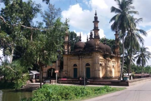 আঠারো শতকের মুসলিম স্থাপত্যের নিদর্শন শাহী মসজিদটি সংস্কারের অভাবে ন'ষ্ট হচ্ছে