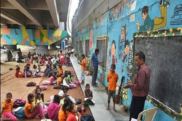 ব্রিজের নীচেই ১৩ বছর ধরে পথশিশুদের বিনামূল্যে এই স্কুল চালাচ্ছেন মুদি দোকানদার রাজেশ