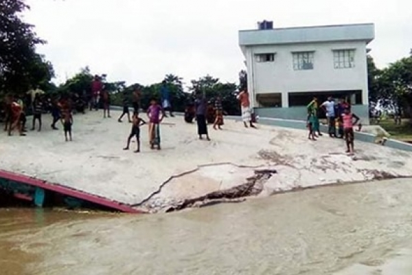 রাজশাহীতে পদ্মার ভা'ঙনে নদীগর্ভে স্কুল