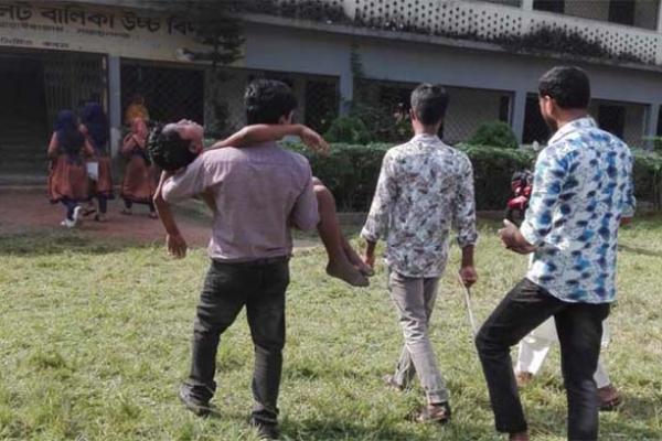 ছেলের জন্য কলম কিনতে গিয়ে দু'র্ঘট'না, বাবার লা'শ বাড়িতে রেখে পরীক্ষা দিল ছেলে