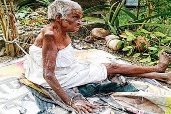 ৯০ বছরের বৃদ্ধা মাকে হাত-পা বেঁ'ধে রাস্তায় ফেলে রাখল ছেলে-বউ!