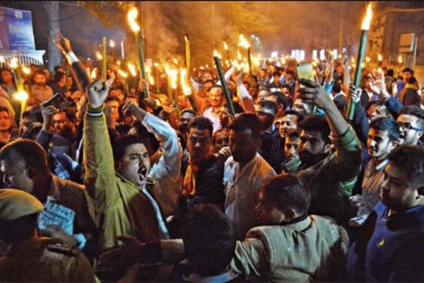 নাগরিকত্ব বিলের প্র'তিবা'দে বিজেপির মুখ্যমন্ত্রীর বাড়ি ঘিরে ফেলেছে আন্দো'লনকারীরা