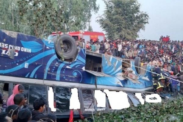 ভ'য়াব'হ দু'র্ঘটনায় পুকুরে যাত্রীবাহী হানিফ পরিবহন