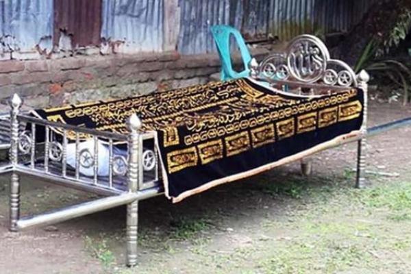 মৃ'ত ব্যক্তির দাফনে এলাকাবাসীর বাধা, পুলিশের উপস্থিতিতে দাফন