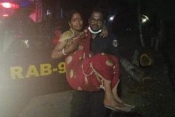 শ্রীমঙ্গলে গর্ভবতী অসহায় নারীকে হাসপাতালে পৌঁছে দিলেন র্যাবের এএসপি শামীম