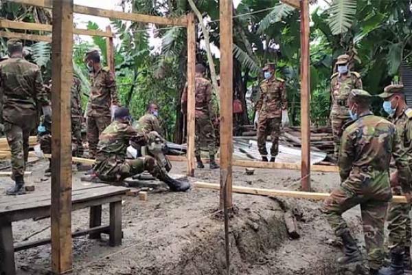 ঝালকাঠির দুর্গ'ম এলাকার বিধ্ব'স্ত বাড়িঘর মেরামত করে দিচ্ছে সেনাবাহিনী