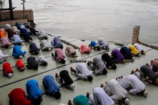 পদ্মা নদীতে ভে'ঙে যাওয়া মসজিদে ঈদের নামাজ আদায় করল গ্রামবাসী