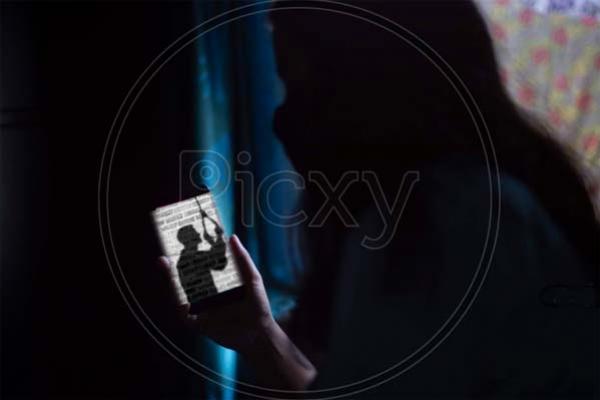 অভিমান করে প্রবাসী স্ত্রীকে ভিডিও কলে রেখে স্বামীর আত্মহ'ত্যা