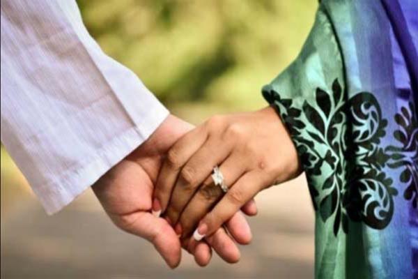 অফিস সহকারীর স্ত্রীকে নিয়ে প্রধান শিক্ষক উধাও