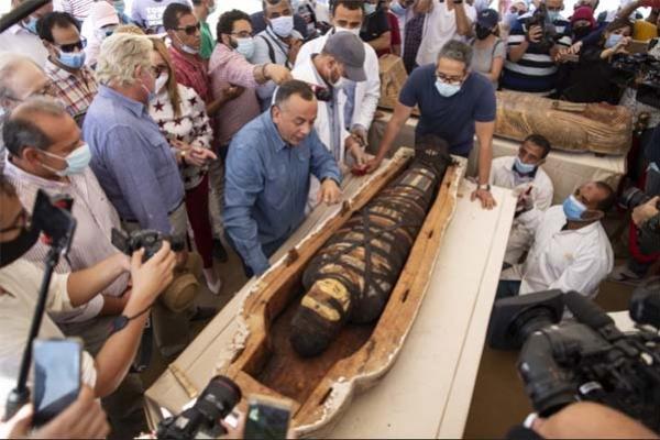 মিসরে ২৫০০ বছরের পুরনো কফিন খুলতেই ভিড় জমাচ্ছে হাজার হাজার মানুষ