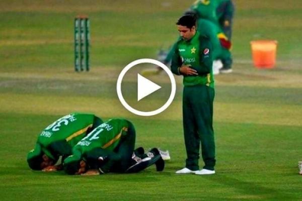 হৃদয় কেড়েছে সবার, ম্যাচ চলাকালেই মাঠের মধ্যে পাকিস্তানের ক্রিকেটারদের নামায আদায়