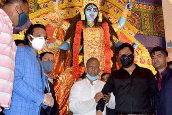 কলকাতার ঐতিহ্যবাহী পুজোমণ্ডপে কালী পুজো উদ্বোধন করলেন সাকিব