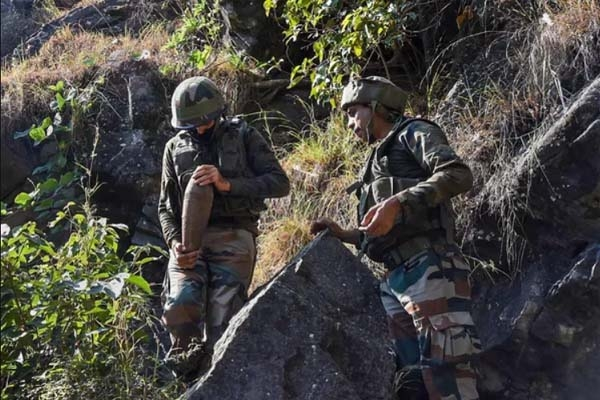 পাকিস্তানের 'পাল্টা হামলা'য় ভারতীয় সেনাসহ নিহত ৭