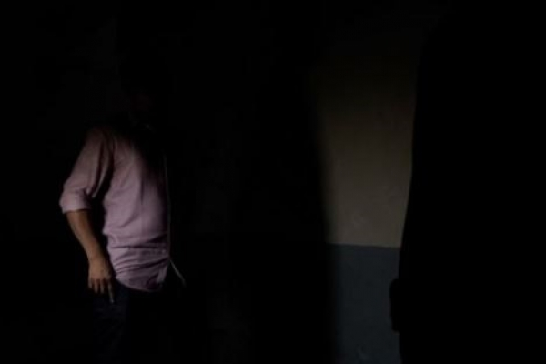 পুরুষশূন্য বাসায় ঢুকে নারীদের স্পর্শকাতর নানা প্রশ্ন, গায়ে হাত দিয়ে শ্লীলতাহানিরও চেষ্টা