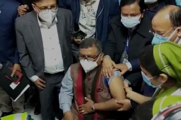 করোনার টিকা নিলেন স্বাস্থ্যমন্ত্রী জাহিদ মালেক