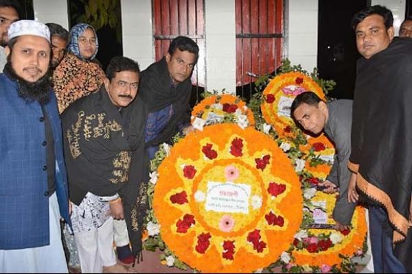 শহীদ মিনারে ভাষা শহীদদের প্রতি এমপি গোপালের শ্রদ্ধাঞ্জলি অর্পন