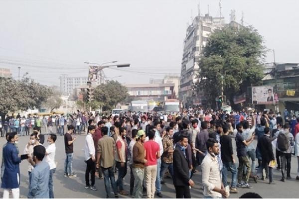 নীলক্ষেত মোড় অবরোধ ৭ কলেজ শিক্ষার্থীদের, যান চলাচল বন্ধ