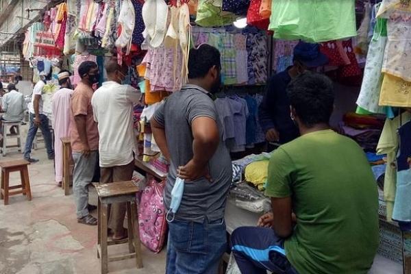 রাজশাহীতে সর্বাত্মক লকডাউনের নির্দেশ ভঙ্গ করে মার্কেট খুললেন ব্যবসায়ীরা