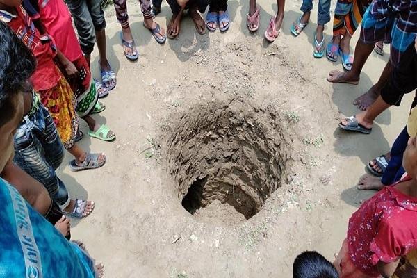 হঠাৎ জমিতে ৬ ফুটের গর্ত, এলাকায় তোলপাড় (ভিডিও)