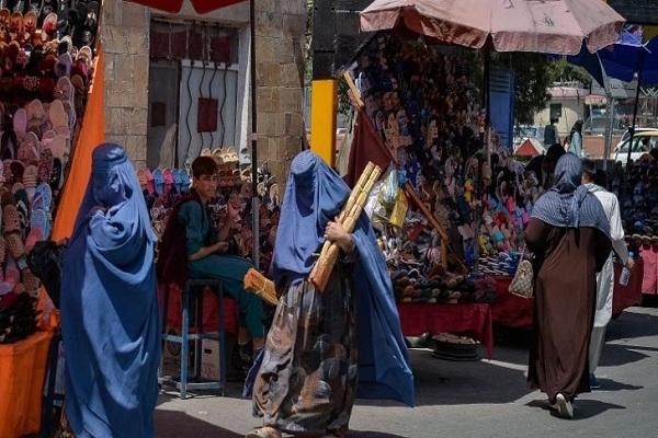 আফগানিস্তানে পরিবর্তন দেখা যাচ্ছে; বোরকা-হিজাব পরে কেনাকাটা করছেন নারীরা