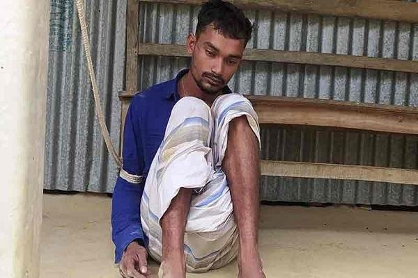 গ্রামবাসী উ'ত্তেজি'ত হয়ে বখা'টে শাকিলকে গণপি'টুনি দিয়ে বেঁ'ধে রাখে