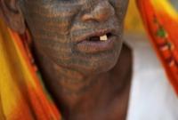অত্যাচার থেকে বাঁচতে সারা শরীরে ট্যাটু আঁকলেন এই নারী, পাল্টে গেল গ্রাম