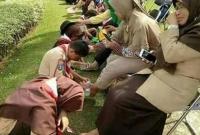 ইন্দোনেশিয়ার-স্কুলে-মায়েদের-দুই-পা-পানি-দিয়ে-ধুয়ে-মুছে-সম্মান-জানাল-সন্তানেরা