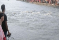 বন্ধুদের সামনেই নদীর স্রোতে ভেসে গেলো আরেক প্রিয় বন্ধু!