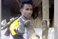শিশু ধর্ষণে অভিযুক্তের গলায় জুতার মালা দিল ক্ষিপ্ত গ্রামবাসী