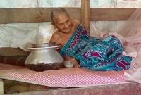 তিন-বছর-ধরে-গোয়ালঘরে-রাখা-হচ্ছিল-এই-অন্ধ-মাকে-চিকিৎসা-দিচ্ছে-উপজেলা-প্রশাসন