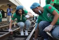 কমলাপুর-রেলস্টেশন-পরিষ্কারে-একদল-তরুণ-তরুণী