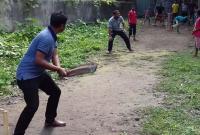 গাড়ি-থেকে-নেমে-শিশু-কিশোরদের-সাথে-ক্রিকেট-খেললেন-ইউএনও